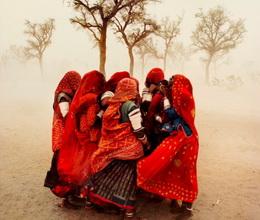 遮擋風沙的女子們,拍攝於1983年的印度。(圖片來源:My Modern Met)